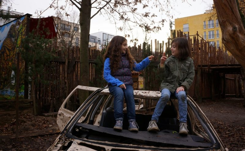 Two girls sitting on a car in Imagine Kolle 37